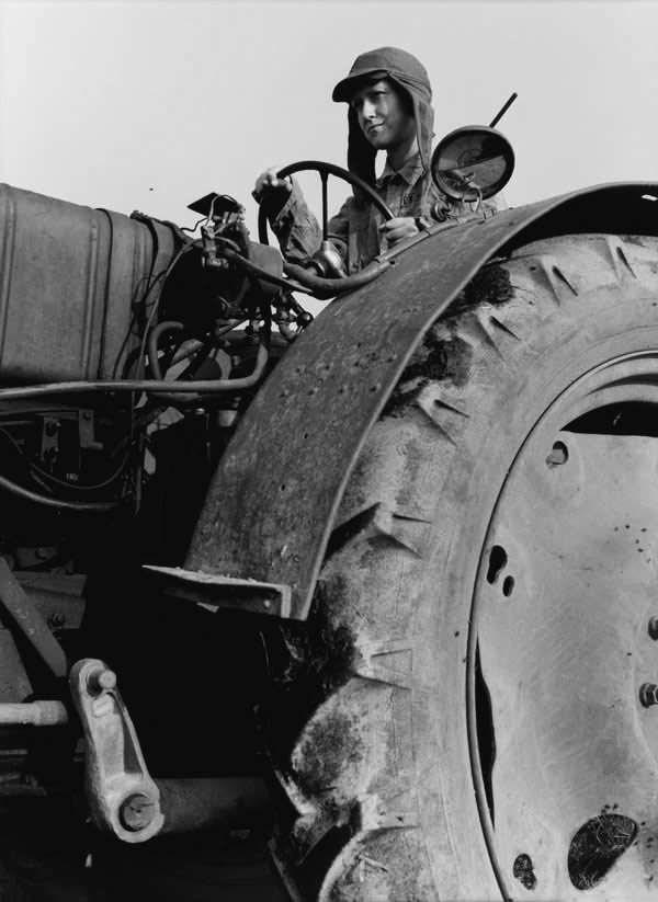 Junge Traktoristin / Young Woman Tractor Driver