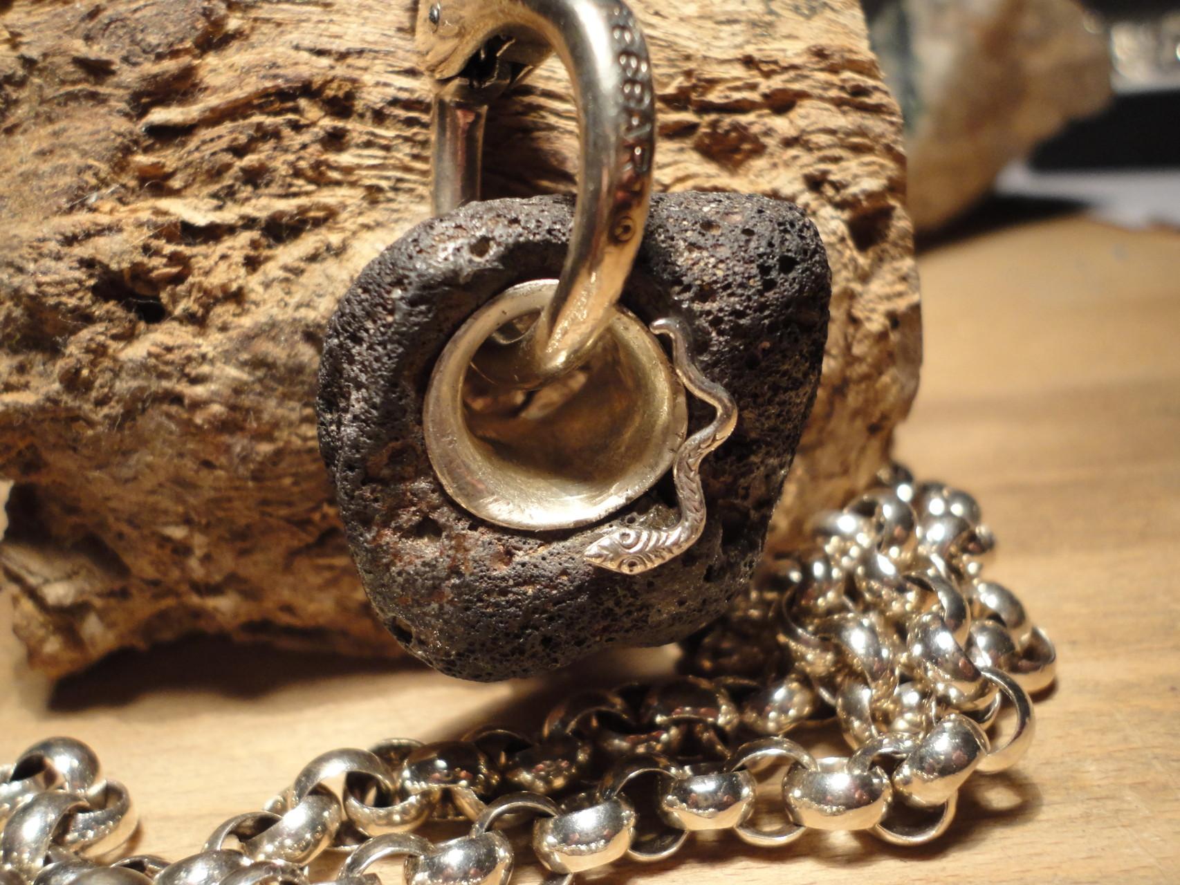 Anhänger: Silberschlange auf Lavastein  (925 Sterlingsilber) Preis: CHF 180.-
