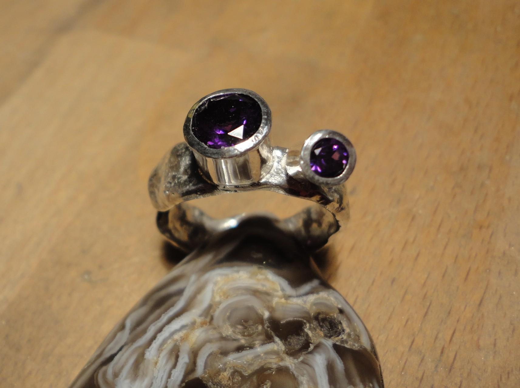 Silberring mit dunkelvioletten Amethisten (925 Sterlingsilber) Preis: CHF 250.-