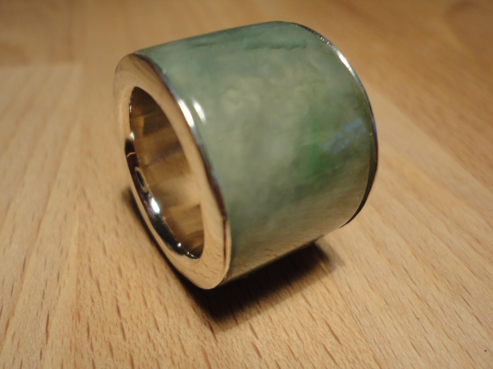 Jade auf Silberinnenring (925 Sterlingsilber) Preis: CHF 200.-