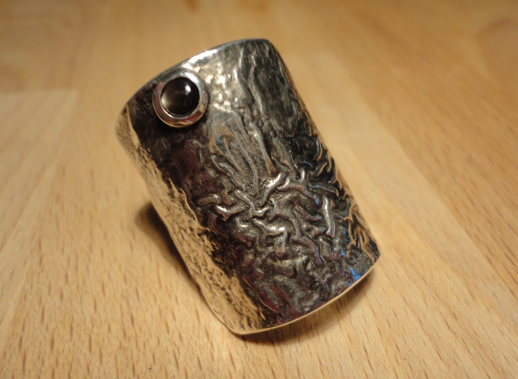 """Ring mit Sternsaphir auf """"geschrumpfter"""" Silberfläche (Silber - AG 800) Preis: CHF 400.-"""
