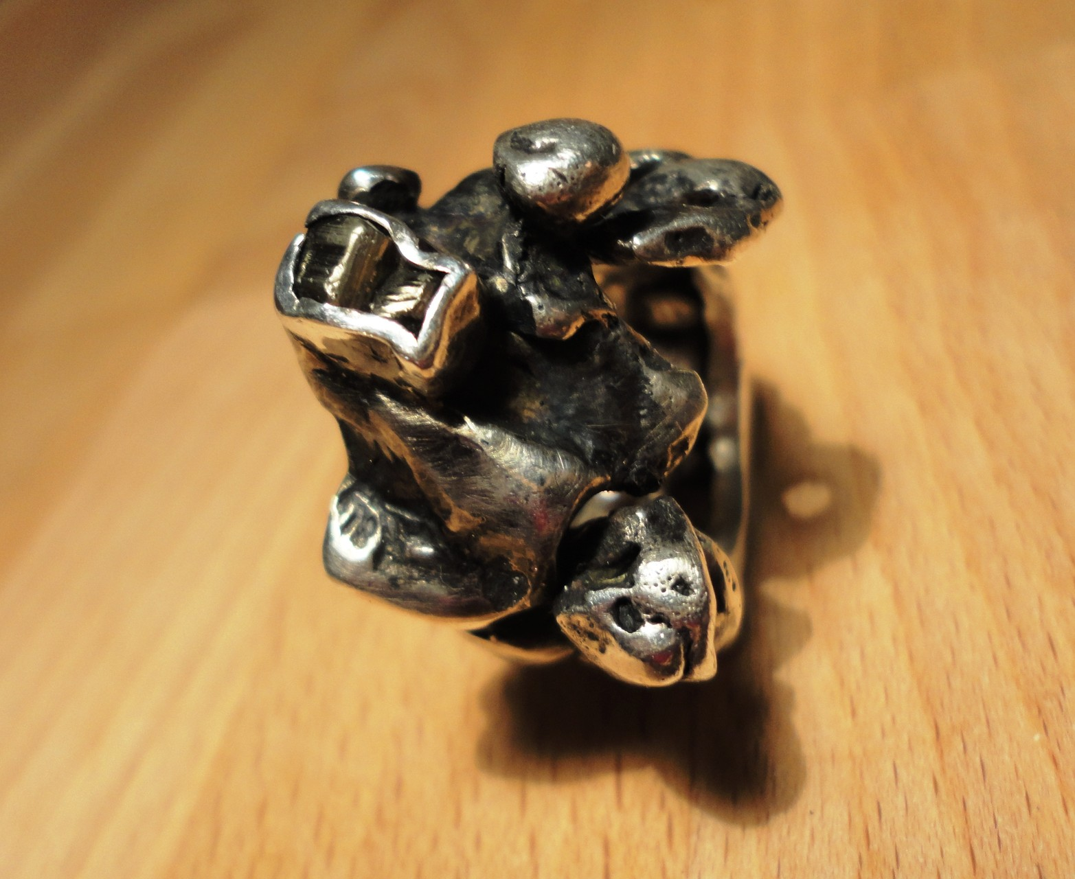 geschwärzter Silber-Nugget-Ring mit Pyrit (925 Sterlingsilber) Preis: CHF 200.-