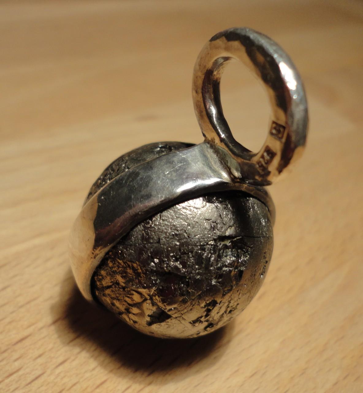 Pyrit-Erdball in Silber-Aufhängung (925 Sterlingsilber) Preis: CHF 220.-