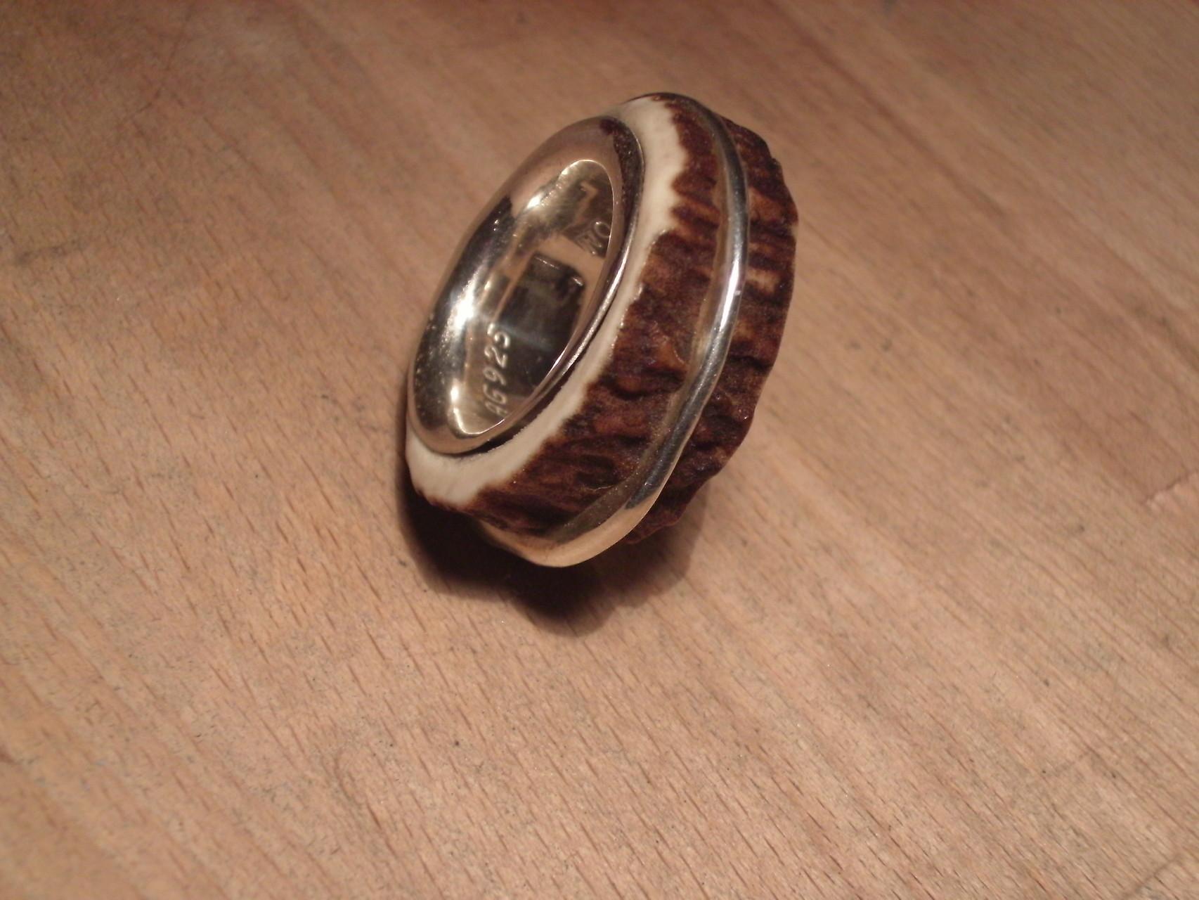 Hornring mit Silberinnenring und mittigem Silber-Reif (925 Sterlingsilber) Preis: CHF 320.-