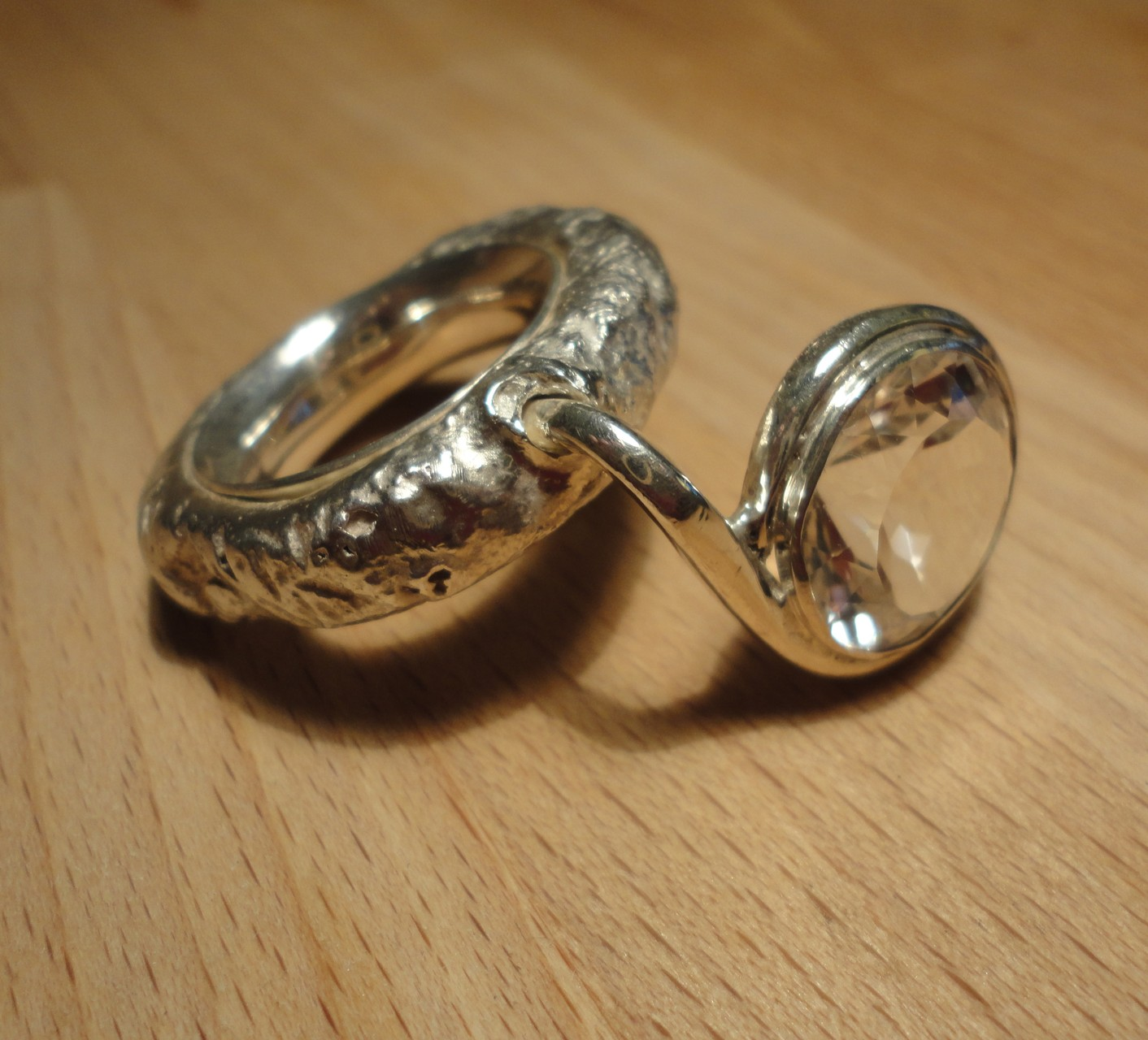 Silber-Daumenring: Glatter Innenring, massiver Aussenring mit grossem Bergkristall, der in der Daumen-/Zeigefinger-Kule tront (925 Sterlingsilber) Preis: CHF 380.-