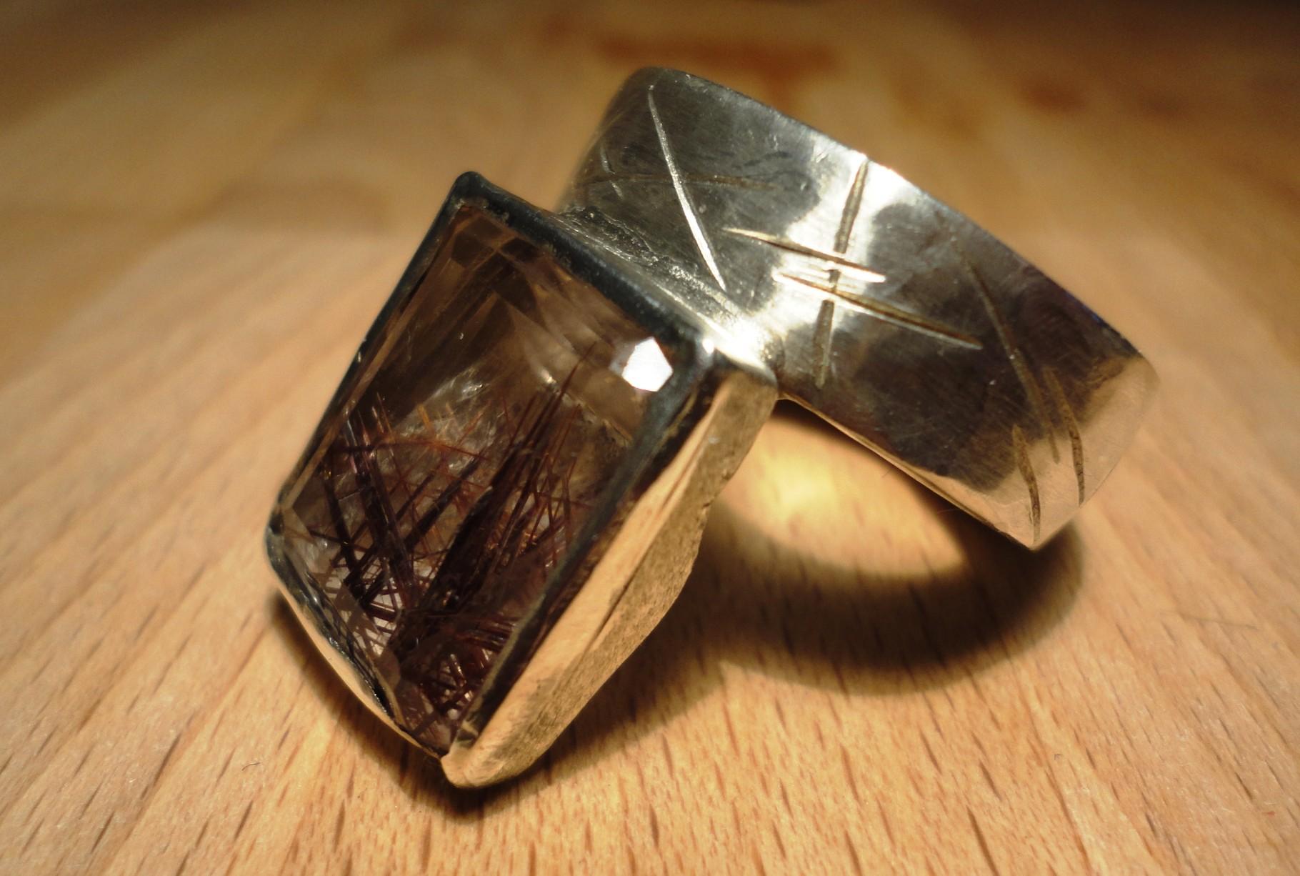 Silberring mit Rutilquarz - Stein wird nach hinten getragen und verlängert optisch die Finger (925 Sterlingsilber) Preis: CHF 300.-