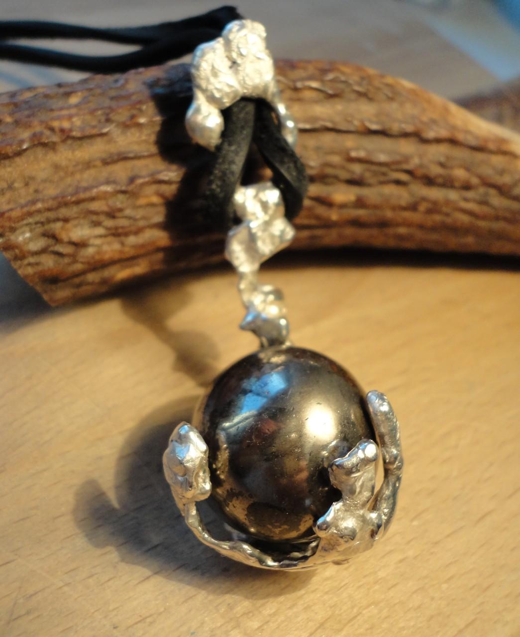 """""""Pyrit-Weltkugel"""" in Silber-Aufhängung - Gesamtgewicht 55 g! (925 Sterlingsilber) Preis: CHF 280.-"""