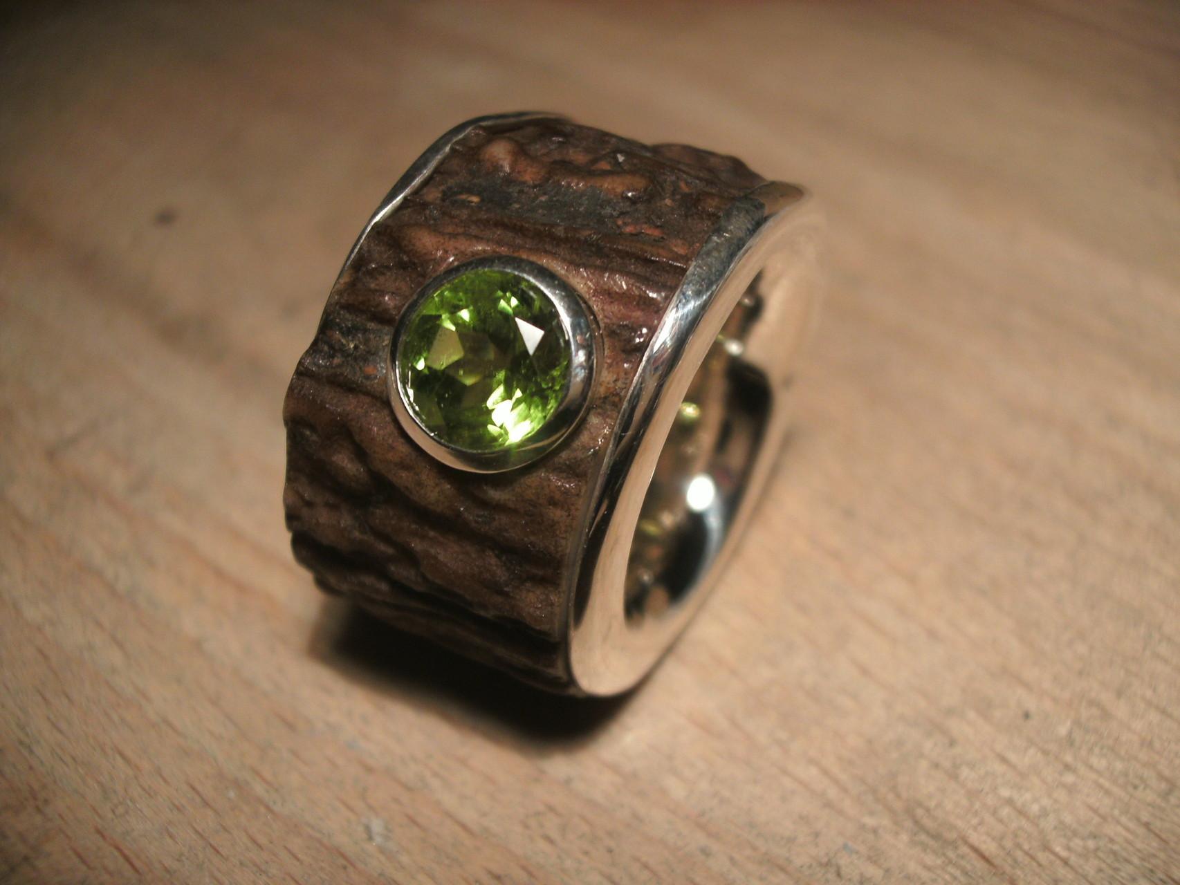 Hornring in Silberinnenring mit edlem leuchtend grünem Peridot (925 Sterlingsilber) Preis: CHF 480.-