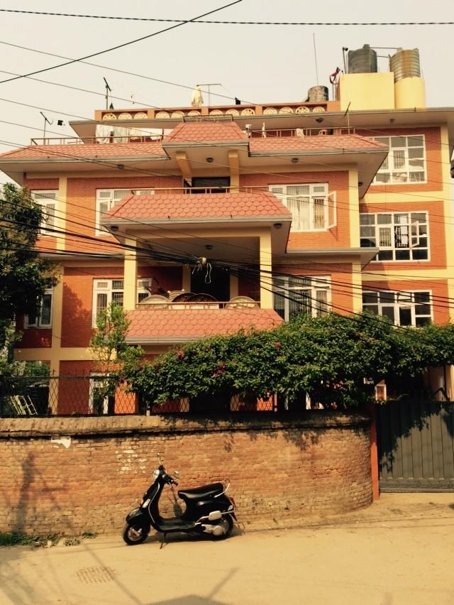 Die Frontseite des Hauses lässt sich leider schlecht fotografieren, weil es sehr nahe der Mauer ist. Rechts ist das Tor zum Grundstück zu sehen.