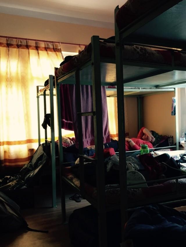 Das provisorische Zimmer der Praktikanten – momentan ein winziger Raum im Erdgeschoss, vollgepackt mit Hochbetten und Sachen, kaum Platz zum Treten.