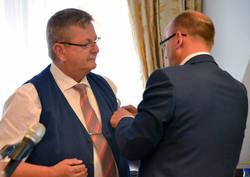 DPV-Schriftführer Uwe Feuerer bei der Ehrung von Wolfgang Vogt zum Ehrenmitglied des DPV