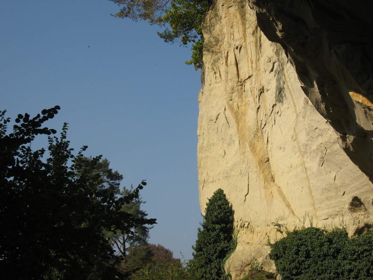 Felswand beim Eingang der Grotte