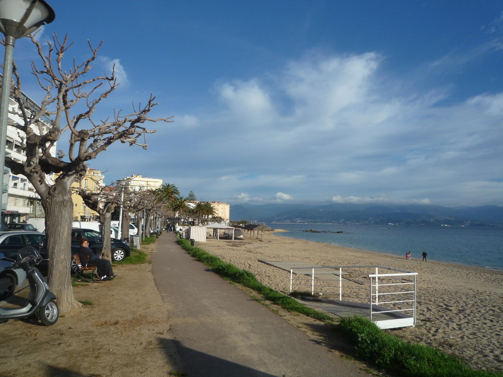 Chemin de promenade longeant la mer à 400 m de la maison de Ninette
