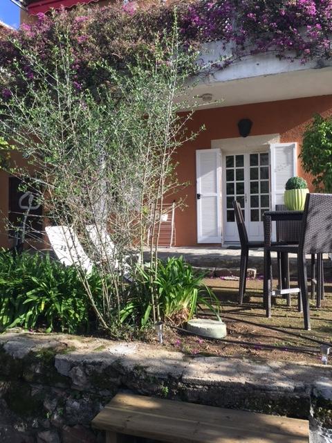 L'entrée du rez de jardin de La maison de Ninette