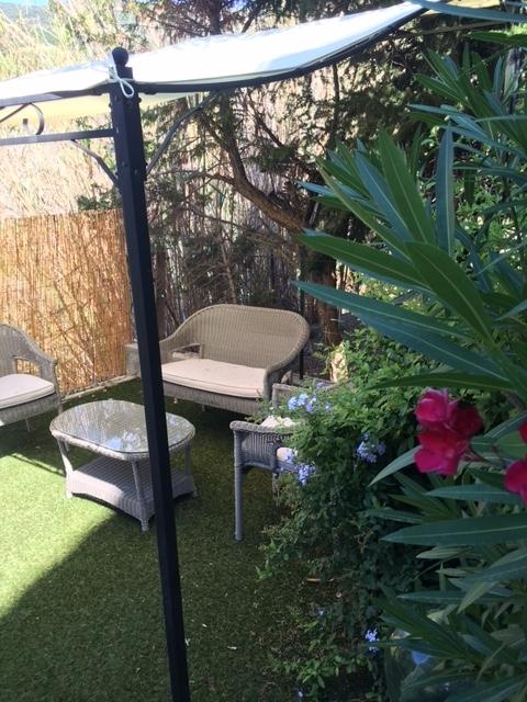 Sous la tonnelle dans le jardin - La maison de Ninette -