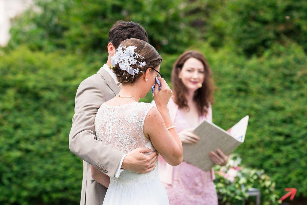 Freie Traurednerin Nicole Decker-Paxton leitet eine Hochzeitszeremonie im Palmeri Östringen.