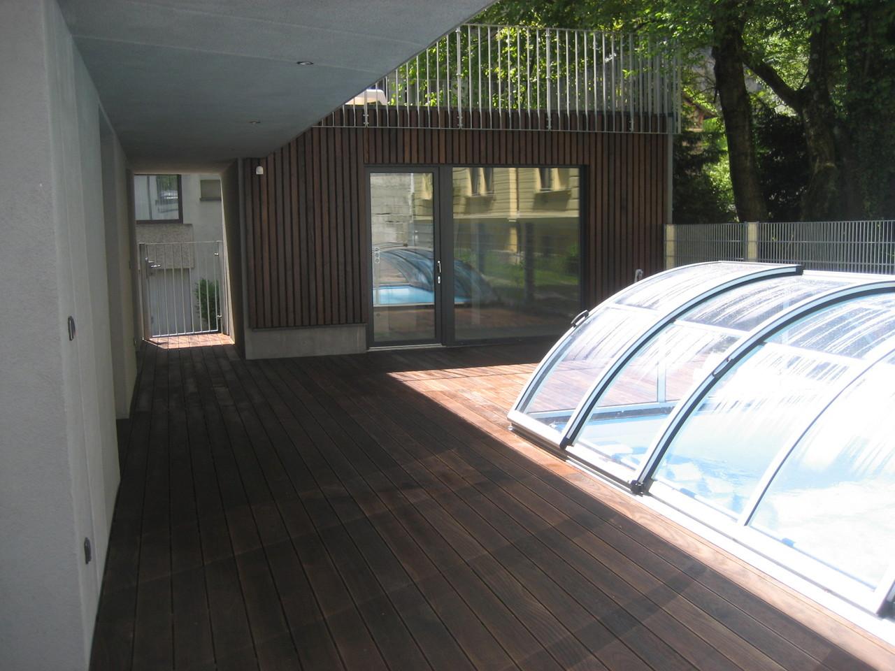 Poolumrandung mit Thermo- Esche Dielen und Fassade mit Thermo- Esche Staffeln