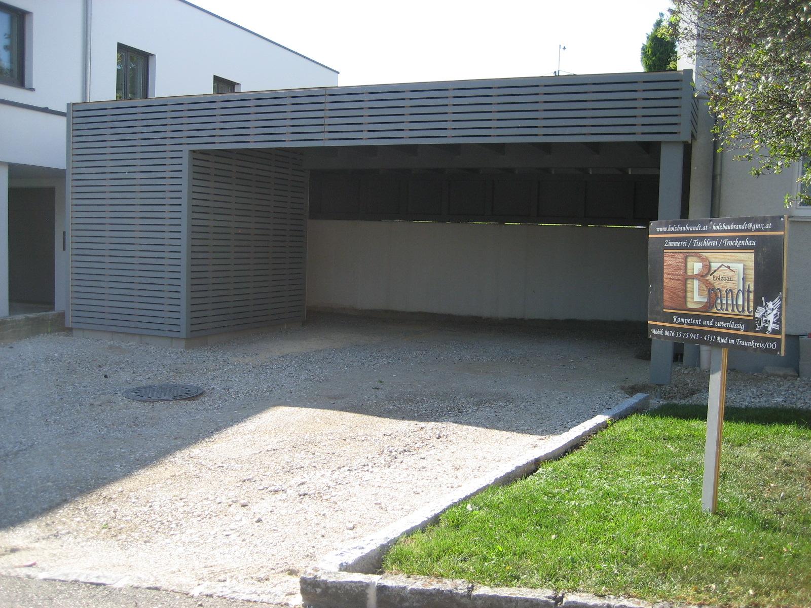 Carport Flachdach mit Abstellraum und Fassade mit Rhombusschalung