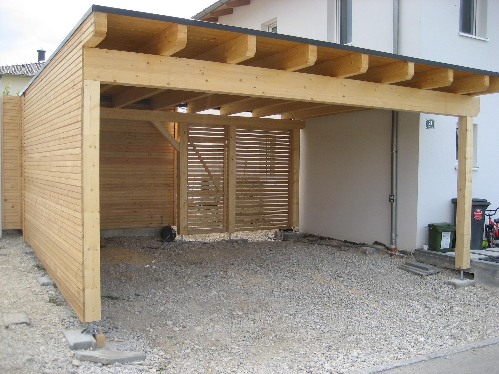 Doppelcarport mit Abstellraum sowie Eingangtür und Sichtschutz. Fassade mit Rhombus-Profil und Dacheindeckung mit Resitrik Dachfolie