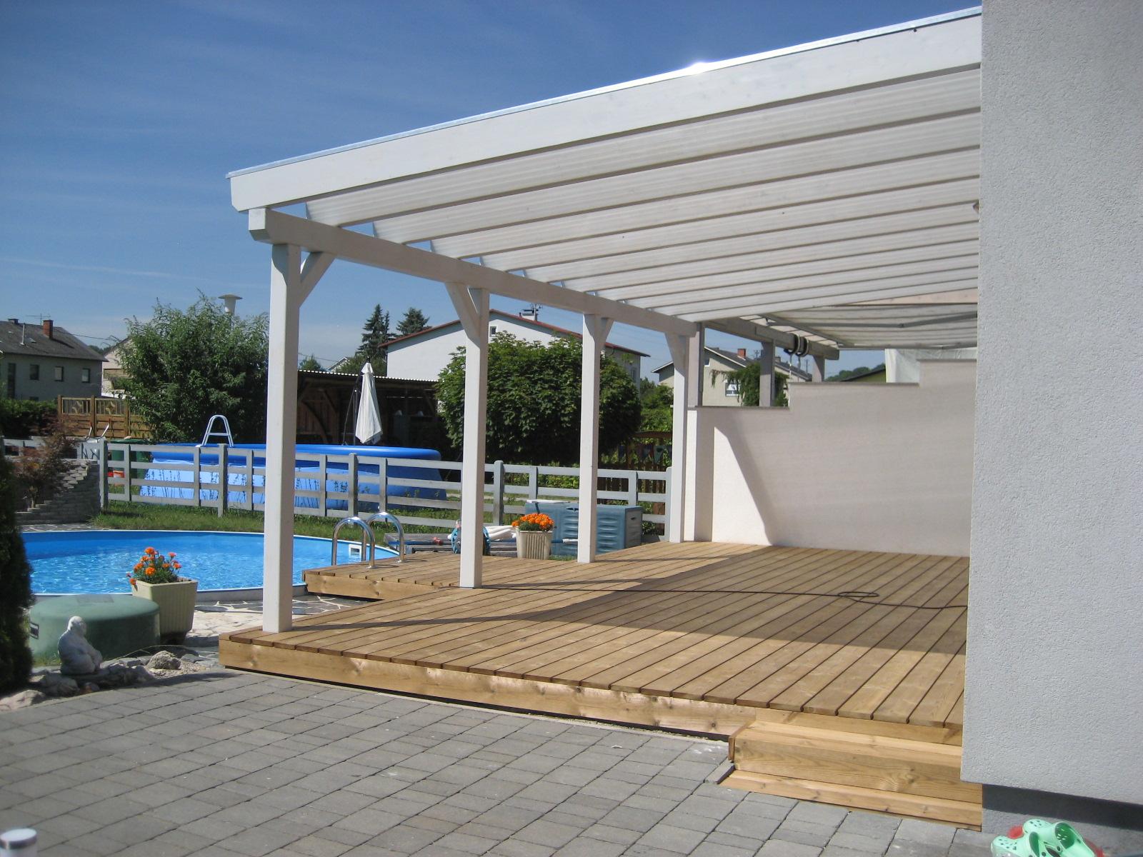 Terrasse mit Thermo- Kiefer Dielen und Terrassenüberdachung mit Thermoclear- Stegplatten