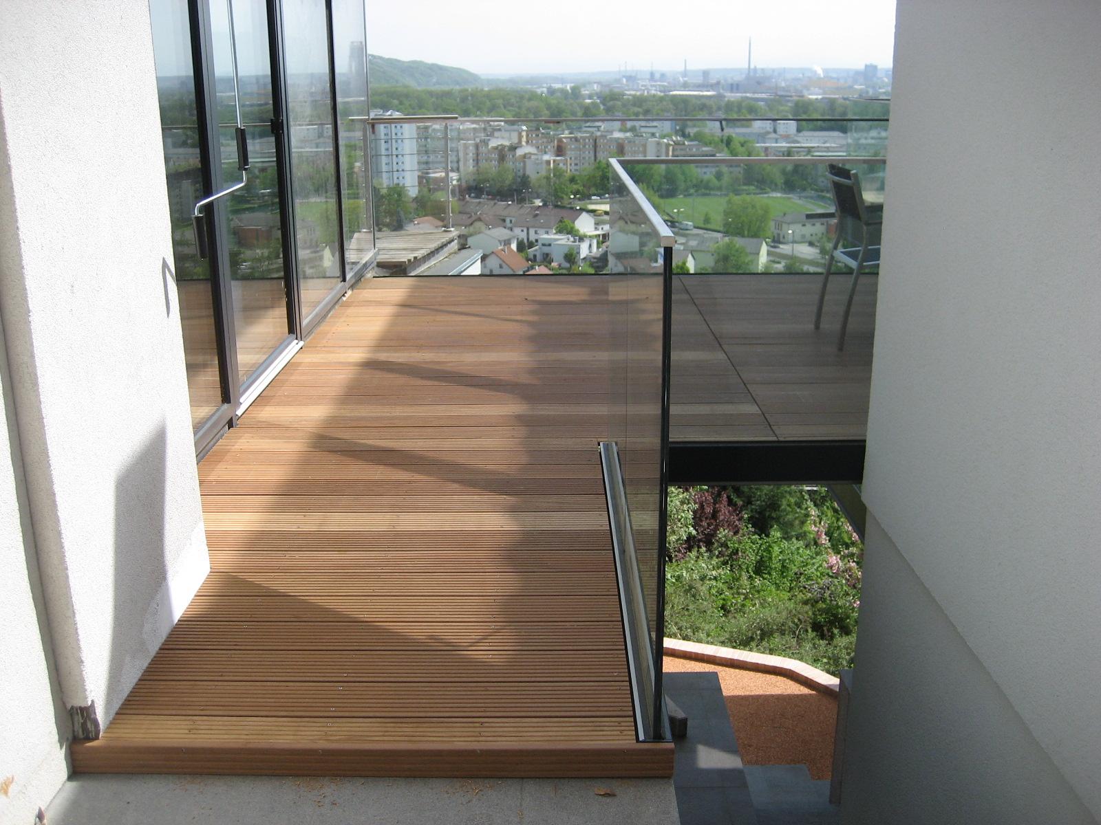 freitragendes Terrassendeck mit Holzdielen in Bangirai