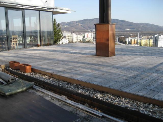 Dachterrasse mit vergrauten Lärchendielen