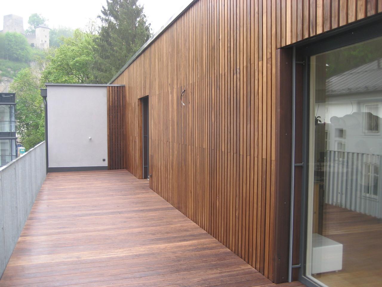 Balkon mit Thermo- Esche Dielen und Fassade mit Thermo Esche Staffeln