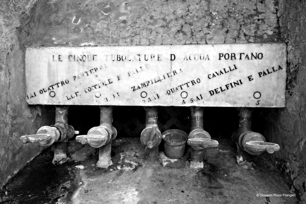 MONASTERO Di SAN GREGORIO ARMENO particolare del meccanismo antico delle fontane del chiostro