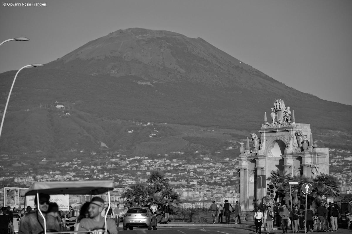 Via Partenope con il Vesuvio