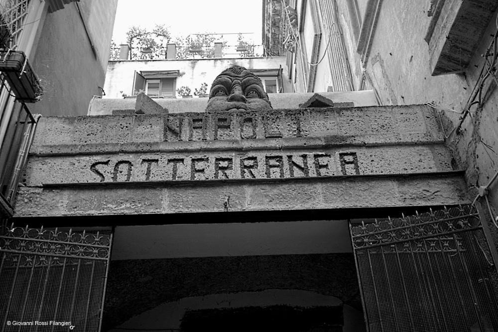 DECUMANI uno degli ingressi di Napoli sotterranea
