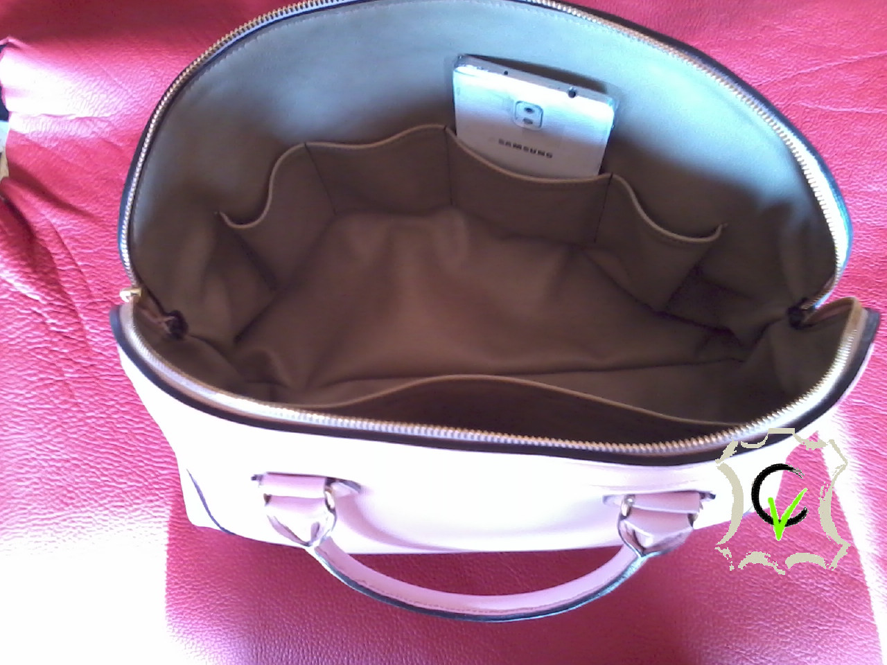 sac à main en cuir vachette rose, doublé cuir vachette beige, 1 poche, 4 pochettes, une poche pour stylo