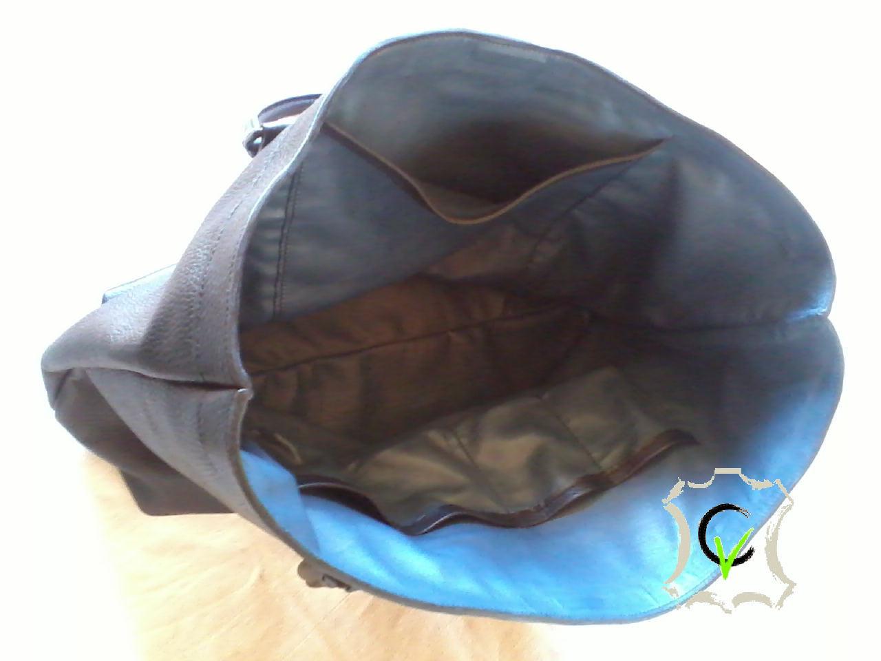 Sac à main en cuir vachette noir grainé. fermeture centrale par aimants, douyblé cuir mouton bleu, une poche, quatre pochettes et une pochette porte stylo