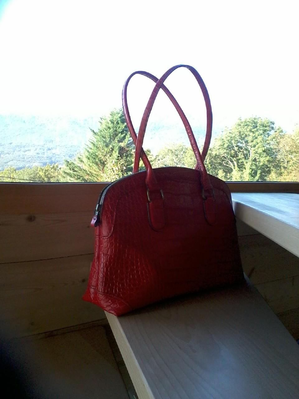 sac à main en cuir vachette rouge imitation crocodile, doublé velours beige