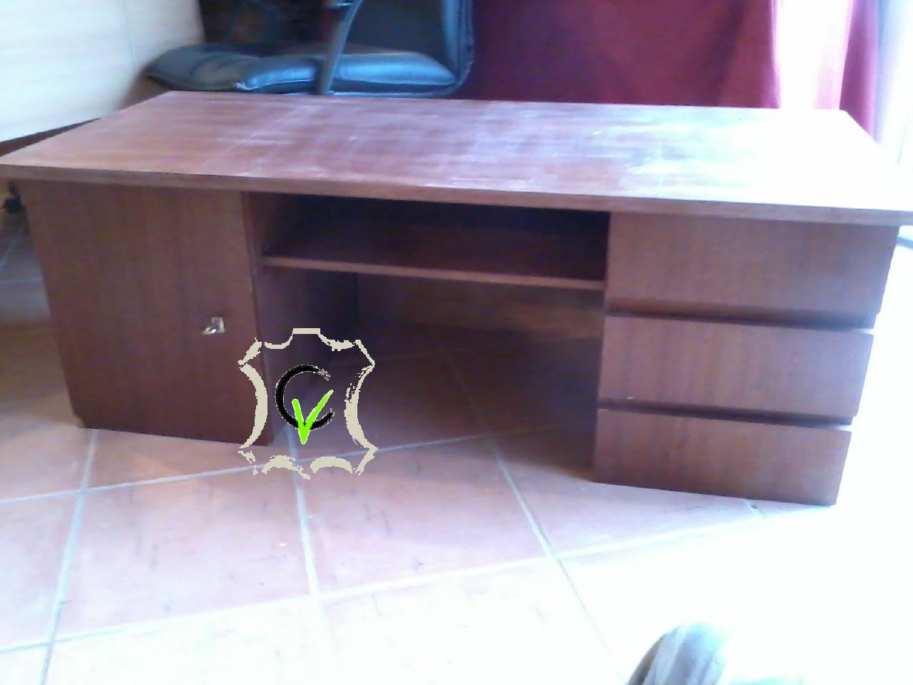 bureau en agloméré plaqué bois , le placage était abimé par endroit, les pieds sont démontés pour recolage