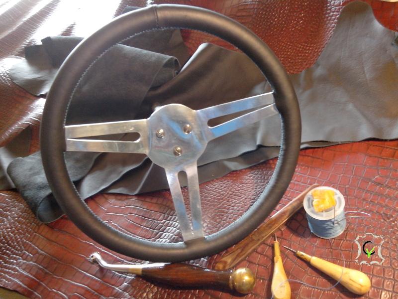 gainage en cuir sur un volant de voiture Marcadier