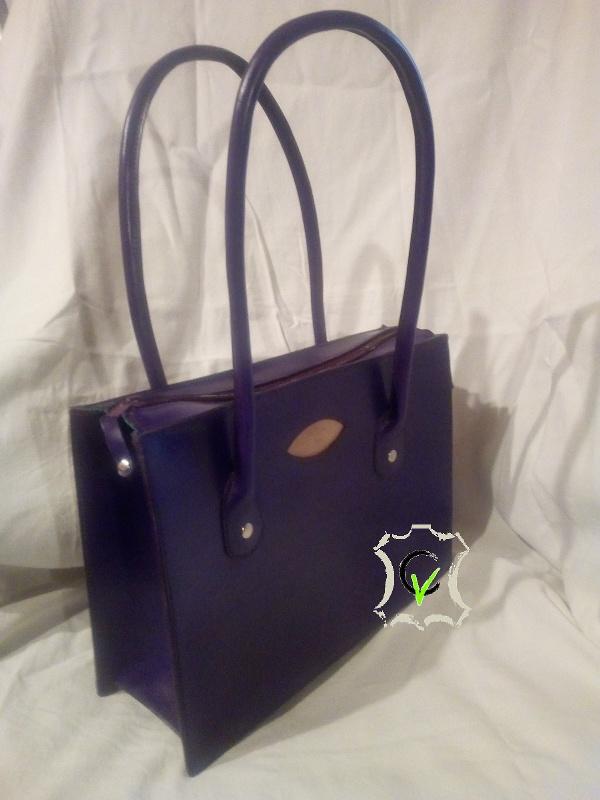 sac à main en cuir bovin tannage végétal violet, doublure mouton vert, montage sellier