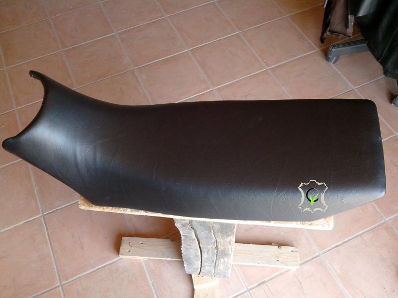 selle de moto recouverte avec du simili cuir