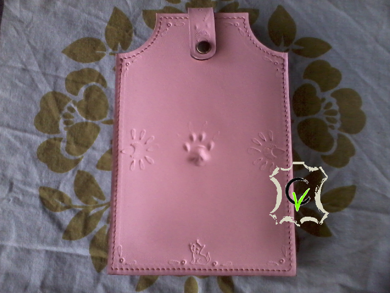étui à smartphone en cuir rose doublé.