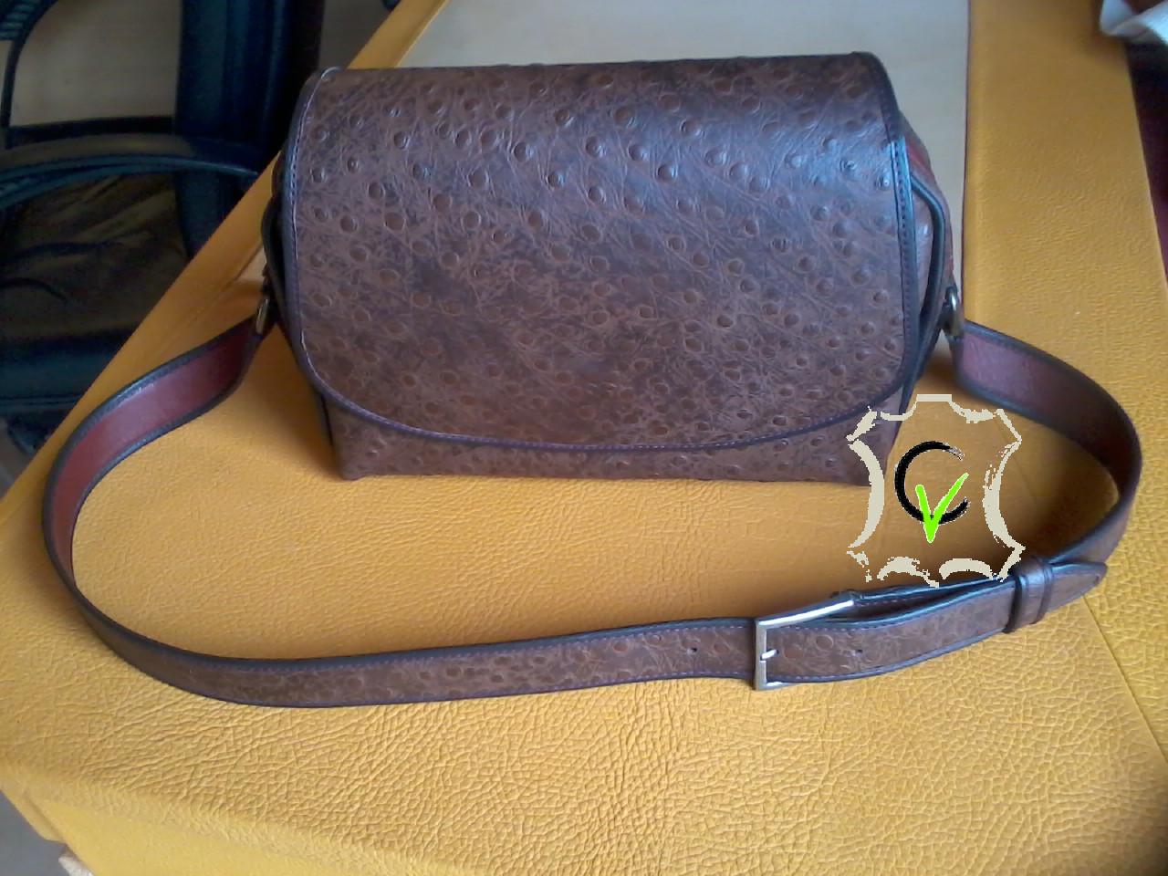 sac à main en cuir brun imitation autruche doublé mouton rouge brique