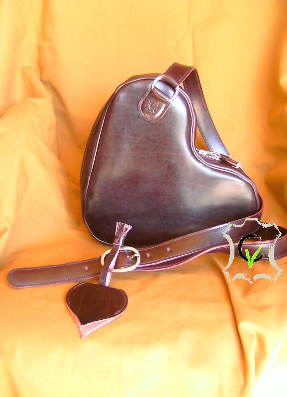 sac à main en cuir bovin tannage végétal couleur aubergine, doublé mouton velours gris clair