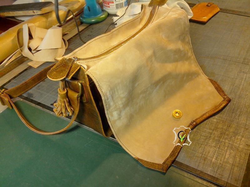 sac à main fait à partir d'un tablier en cuir, rabat ouvert