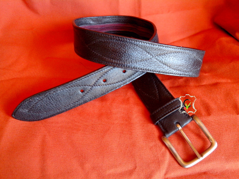 Sous l'apparence d'une ceinture normale, cette ceinture à une poche dans la doublure afin d'y glisser votre argent lors de voyage.