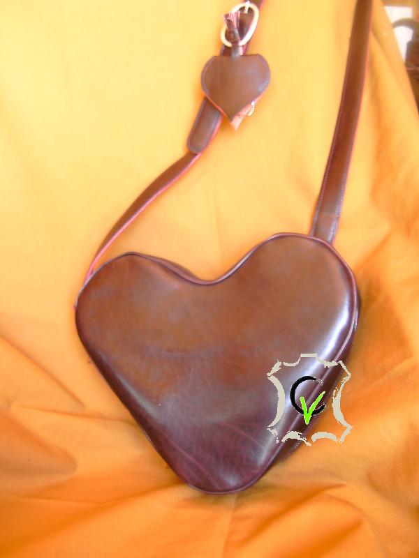 Forme en coeur, le cuir est un cuir bovin tannage végétal, ce qui lui donne de la rigidité, la doublure est en mouton velours gris clair