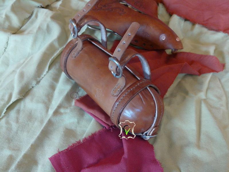 saccoche de selle de vélo, forme tubulaire avec deux demi coquille de chaque cotés, ouverture par le coté avec une boucle