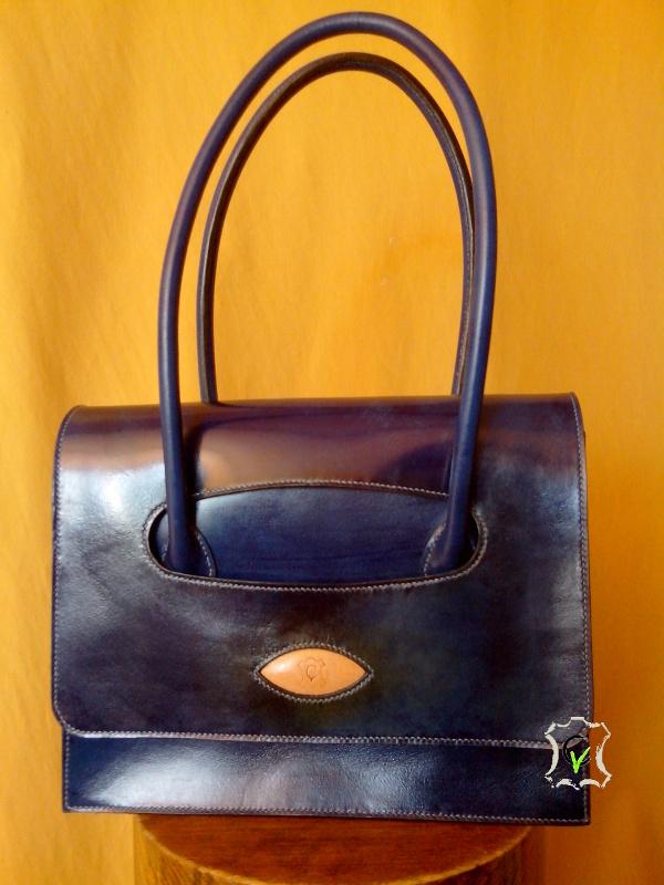 sac à main en cuir bovin tannage végétal teinté en bleu, doublure en mouton velours bleu jonquille. Montage sellier