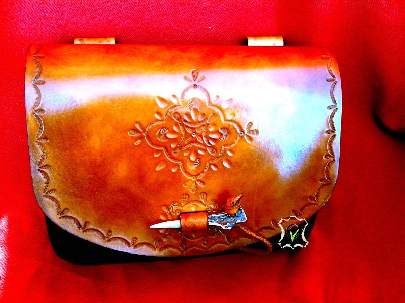 aumônière en cuir teinté, motif réalisé par mattage , fermoir en corne de chevreuil cousu main avec un fil de lin