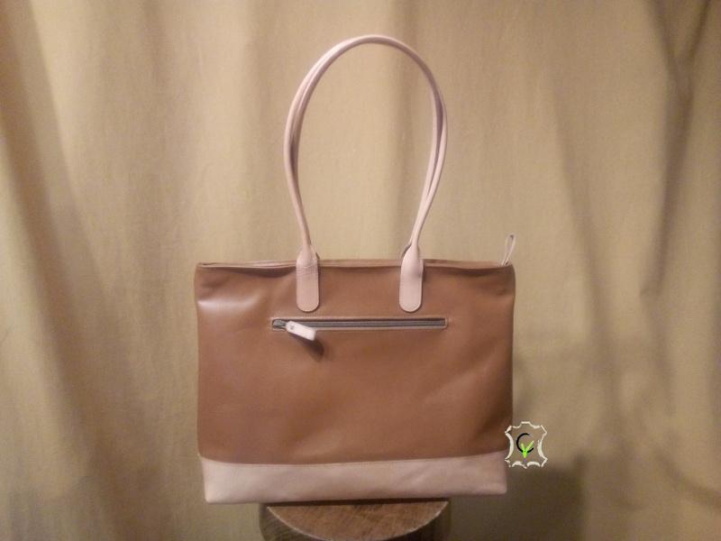 sac à main en cuir vachette marron, une poche à glissière extérieur sur dos