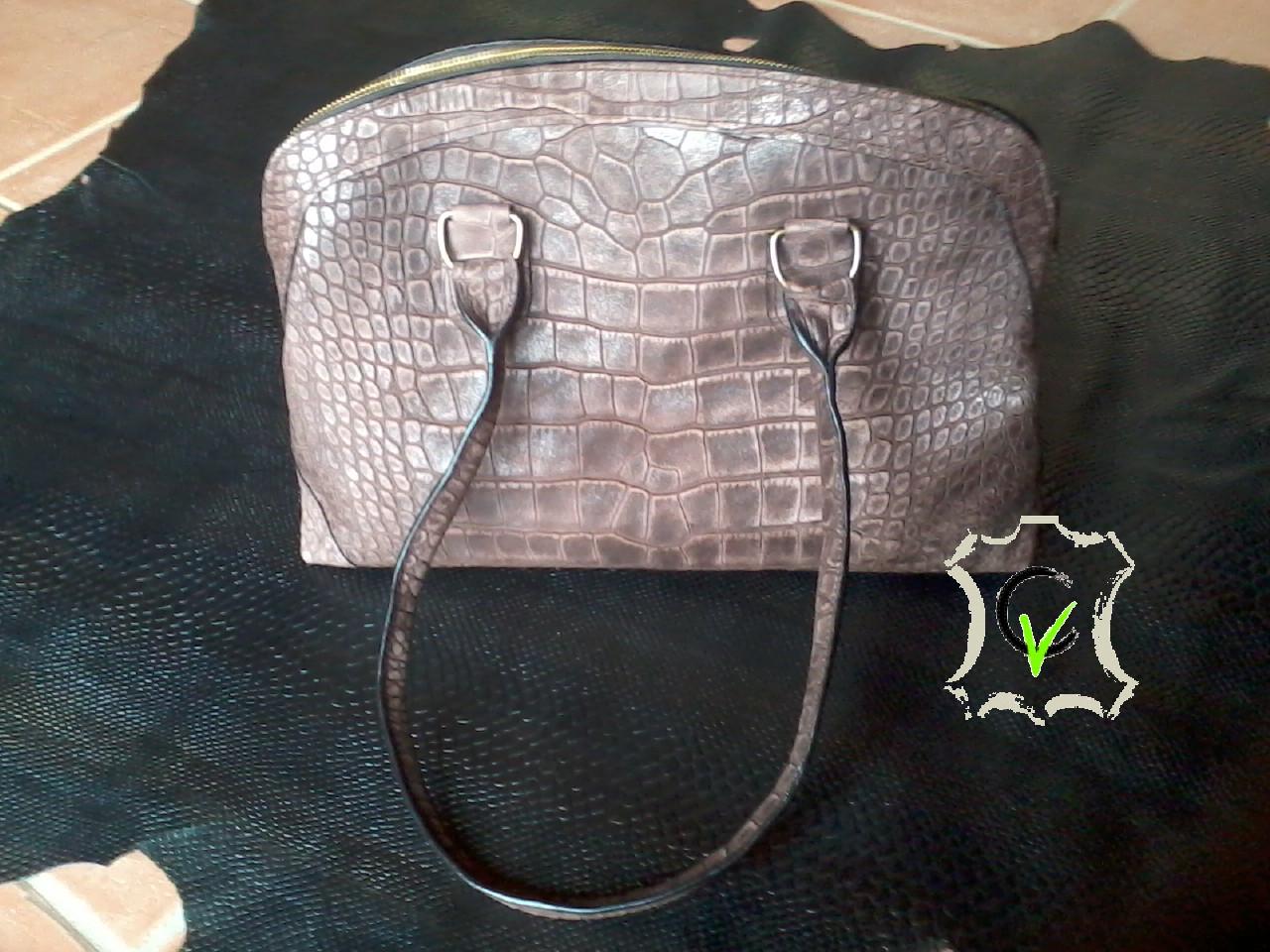 sac en cuir brun imitation crocodile, doublée velours bleu ciel, 4 pochettes, une poche à glissière intégrée à la doublure et une poche porte stylo