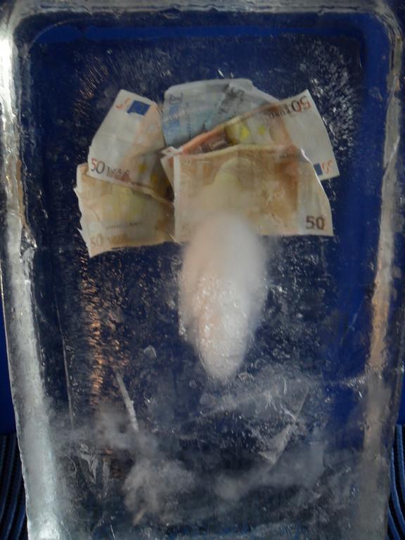 Einfrierung: Geldscheine im Eisblock