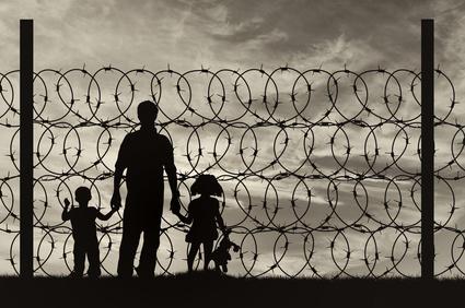 Silhouette of a family with children refugees © Prazis Images – fotolia.com